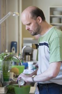 Foto af blind kursist i køkkenet.