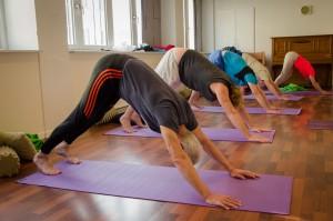 Foto af kursister, der laver øvelser på gulvet.