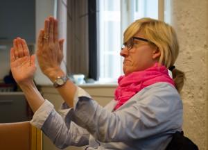 Foto af kvinde, der taler tegnsprog.