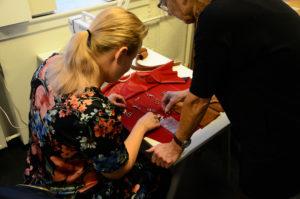 Foto af deltager, der laver håndarbejde.