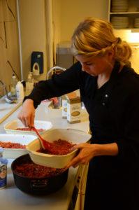 Foto af medarbejder, der laver mad.