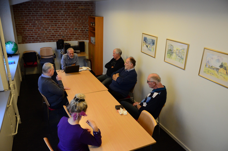 Foto af kursister, der sidder i et undervisningslokale og  lytter.