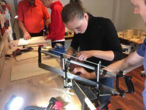Foto af ung kvinde i værkstedet.